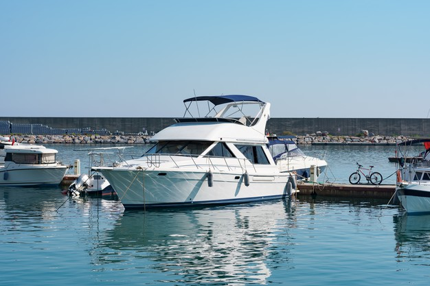 aparcamiento-maritimo-barcos-yates-turquia-yate-atracado-puerto-maritimo_158595-6952