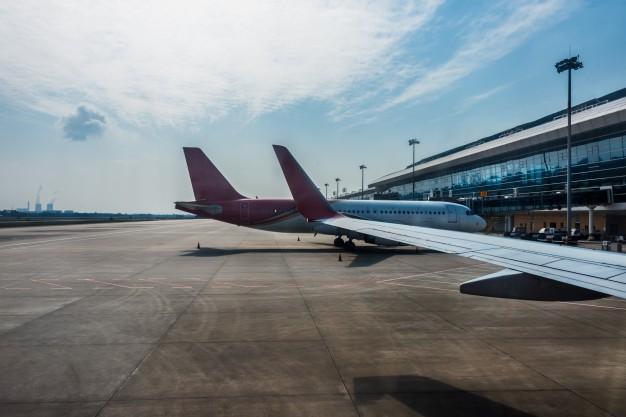 aviones-pista-aeropuerto-moderno_1359-349