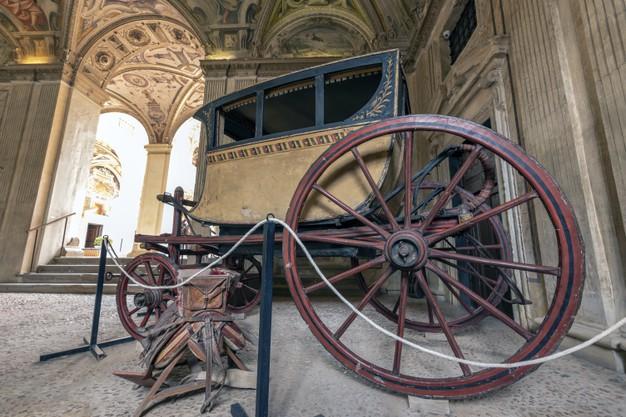 carro-antiguo-exhibicion-museo-naval_155113-292