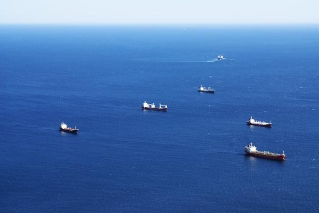 disparo-alto-angulo-barcos-navegando-mar-gibraltar_181624-29947 (1)