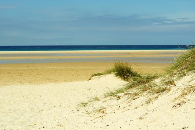 hermosa-foto-playa-arena-tarifa-espana_181624-11341