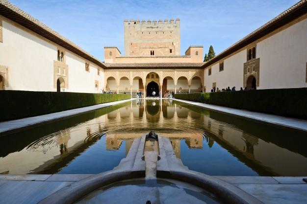 patio-arrayanes-alhambra_1139-25