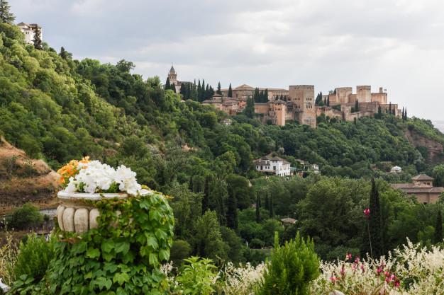 vista-famoso-palacio-alhambra-granada-barrio-sacromonte_1139-1199