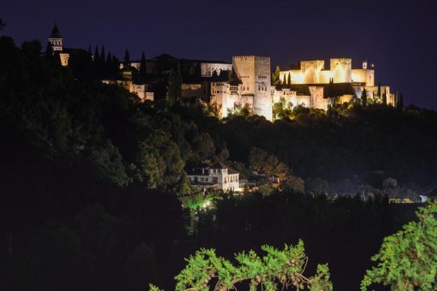 vista-nocturna-famoso-palacio-alhambra-granada-barrio-sacromonte_1139-1198 (1)
